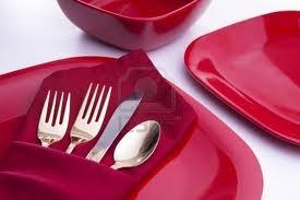 dijete i crveni tanjiri