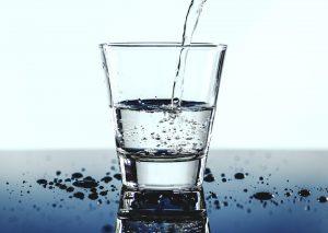 čaša vode kao jedan od efikasnih načina kako najjednostavnije smršati