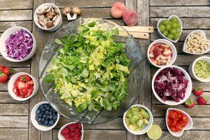 Voće i povrće na stolu, za salatu