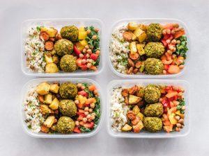 Četiri plastične posude sa pripremljenim zdravim obrocima za predstojeću selidbu.