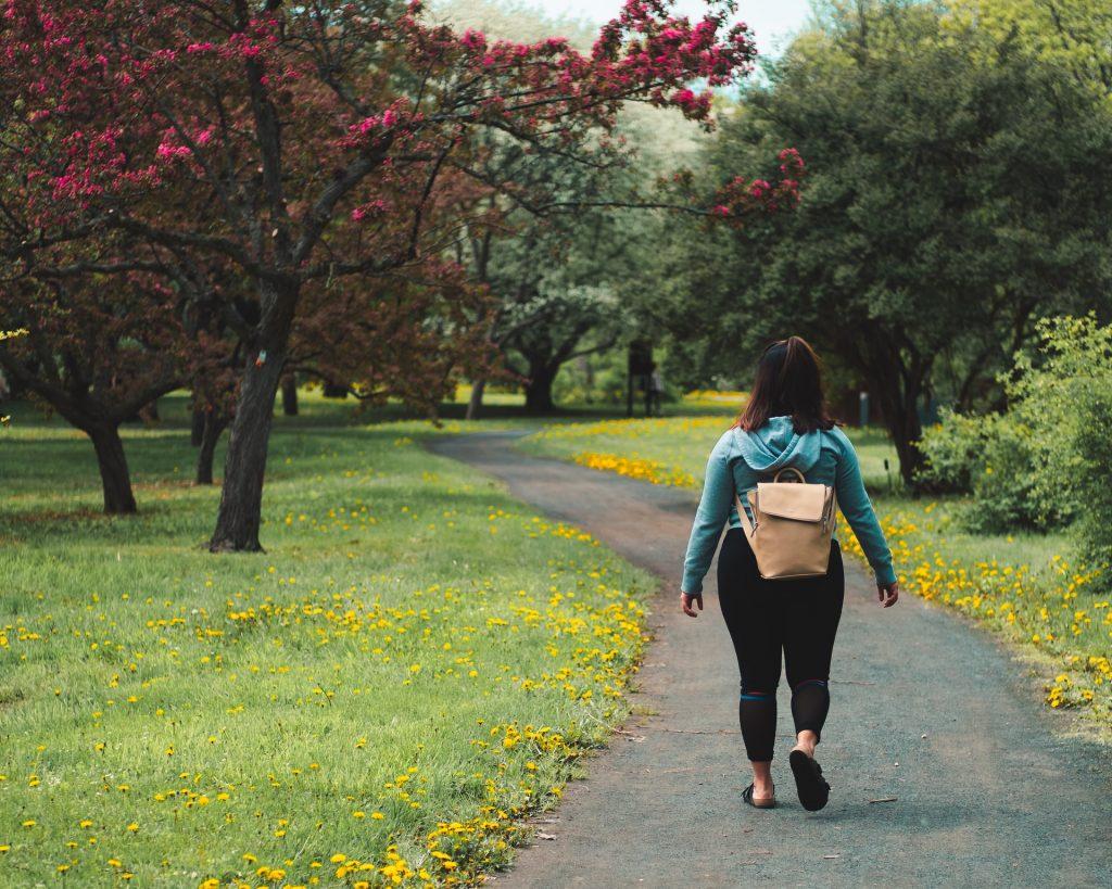 Devojka šeta